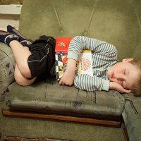 Спят усталые игрушки, книжки спят. :: Владимир Черкасов