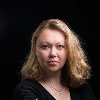 Женский портрет на темном фоне :: Анатолий Тимофеев