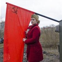 У Красного Знамени девушка в красном... :: Владимир Питерский