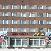Как вам такое расположение, рядом с рестораном, праздничных плакатов? :: Владимир Павлов