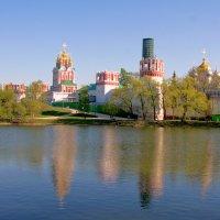 Отражения в монастырском пруду :: Igor Khmelev