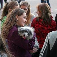 Северодвинск. 1 мая. Юбилей ЦУМа. Девушка с собачкой :: Владимир Шибинский