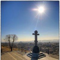 Крест возле часовни. Внизу Красноярск :: Николай Аносов