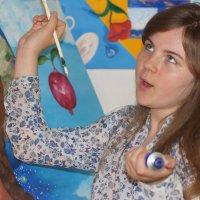 Лиза рассуждает о живописи ....., пробуя красками на картине мамы.) :: Елена Мартынова