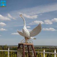Лебедянь. Скульптура Лебедь на набережной :: Алексей Шаповалов Стерх