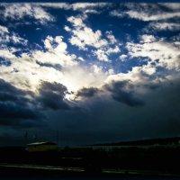 Темно, темно, темно, Вдруг стало в небе грозовом. И фиолетовой расцветкой затянулось голубое небо. :: Людмила Богданова (Скачко)