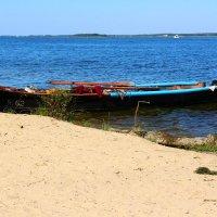 Пляж .Песок.Лодка) :: Ольга)