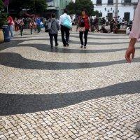 Всеми узнаваемые черно-белые  волны мощенной центральной площади в Мокао. :: Наталья Тимофеева