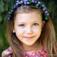 Девочка с черничным веночком :: Valeriy Nepluev
