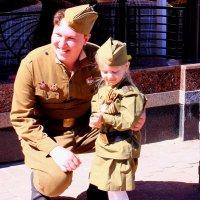 Девушку в военной гимнастерке трепетно и нежно обнимал солдат :: Татьяна Ломтева