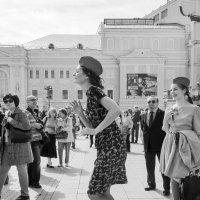 Соло на Театральной. :: Алексей Окунеев