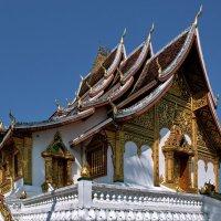 Храм Хо Пха Банг в Луанг Прабанге :: Евгений Печенин