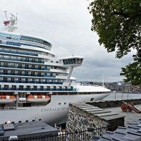 У подножия крепости швартуются огромные круизные лайнеры. :: Елена Павлова (Смолова)