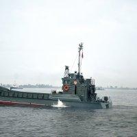 Корабли напротив Центральной Набережной-02 :: Александр