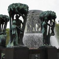 Парк Вигеланда. Фонтан окружен человеческими фигурами, которые вплетены в деревья :: Елена Павлова (Смолова)