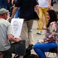 Уличный художник и его модель :: Владимир Бровко