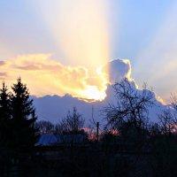 Лучи уходящего солнца... :: Евгений Юрков