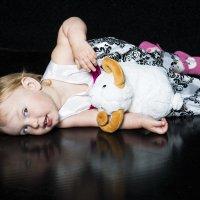 Девочка играется на  фотосессии.. :: Виктор Твердун