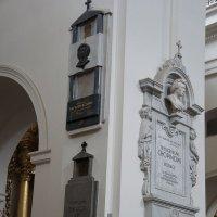 Костел Святого Креста. В колоннах храма захоронены урны с сердцами Ф.  Шопена и В. Реймонта :: Елена Павлова (Смолова)