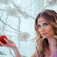 срывая яблоко :: Татьяна Исаева-Каштанова