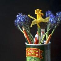 Цветы и карандаши в банке из-под оливок :: Виктория