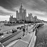По ступенькам кривеньким, вниз, к Москве-реке, покатился гривенник в солнечном пике :: Ирина Данилова