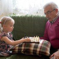 Дедушка и внучка, спокойная минутка :: Евгений {K}