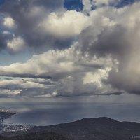 На уровне облаков. С горы Ай - Петри. Внизу город Ялта :: Алексадр Мякшин