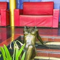 Скульптура у входа в гоу-гоу бар Тайланд :: Евгений Подложнюк