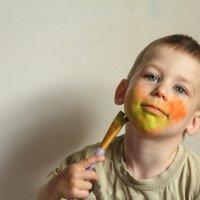 Ребенок рисует себе на лице краской :: Николай Н