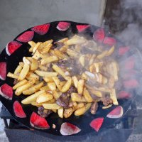 К мясу добавили картошечку, еще немного пожарили и вот - блюдо готово! Приглашаю! :: Валентина Данилова