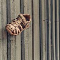Детский сандалий на заборе :: Александр Ивашков