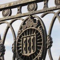 Великие Луки. Герб города на декоре моста... :: Владимир Павлов
