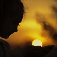 солнце в детских ладошках :: Наталья Могильникова