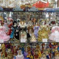 Витрина в магазине сувениров :: Вера