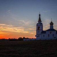 Закат и храм на пригорке :: Ирина Приходько