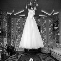 Платье и туфли невесты :: Алексей Моисеев