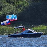 катер с флагами праздника :: Сергей Цветков