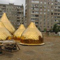 Деревянный крест и купола церкви :: Владимир Ростовский