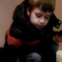 Мальчик, играющий с кошкой :: Григорий Кучушев