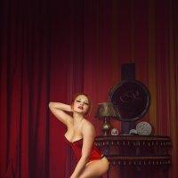 Красный корсет :: Александра Ломовцева