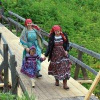 Русский Север. Село Нёнокса. На мостике :: Владимир Шибинский