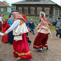 Русский Север. Село Нёнокса. Хоровод :: Владимир Шибинский