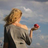 Яблоко на ладони :: Оксана Волина