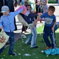 Бой подушками (День города) :: Елена Третьякова