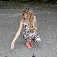 девушка с голубями :: Sasha Bouron