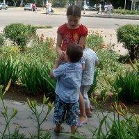 Заботливая сестричка :: Нина Корешкова