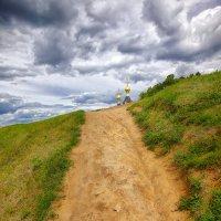 Дорога к храму. Земляной вал Дмитровского Кремля :: mila