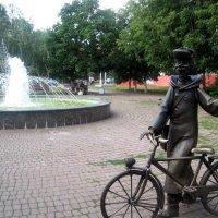 Почтальон Печкин у фонтана встречает гостей :: Елена Семигина