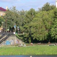 На фоне города и реки... :: Владимир Павлов